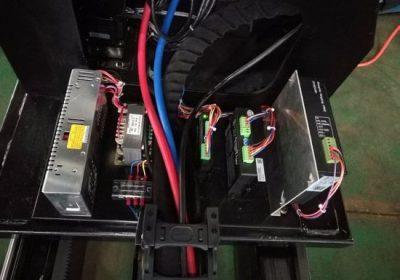 máquina de corte do plasma com o controlador do começo usado cortando a chapa de aço do metal na maquinaria geral, maquinaria de engenharia